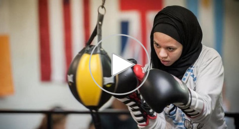 ملاكمة مسلمة تشارك مرتدية الحجاب