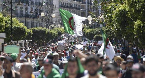 آلاف الجزائريين يتظاهرون تزامنا مع ذكرى الاستقلال