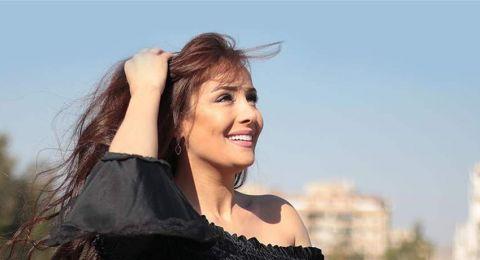 ممثلة سورية شهيرة تشعل المواقع بظهورها الجريء