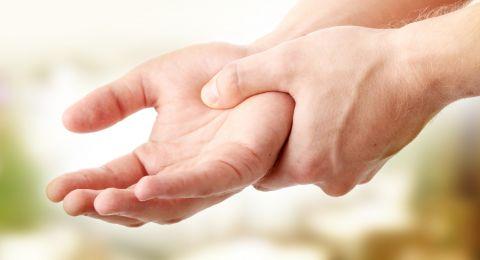 إذا شعرتَ بالخدر في اليدين.. انتبه من المرض القاتل!