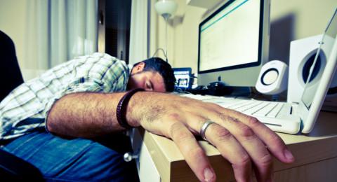 خبير: النوم على الظهر يمنع تجاعيد الوجه وآلام الرقبة