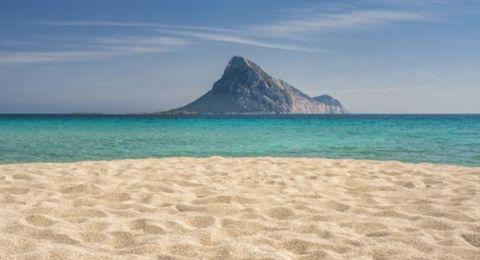غرامة لمسافر ضبطت معه كمية رمل من شواطئ جزيرة إيطالية!