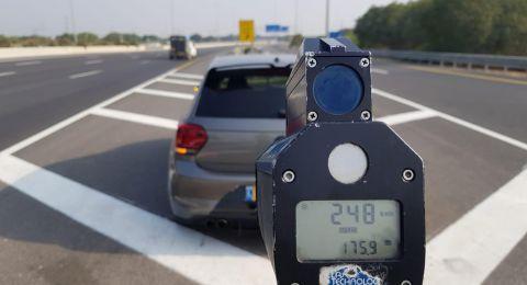 سائق سيارة أم قطار؟! الشرطة توقف شفاعمري قاد بسرعة 248 كم/س