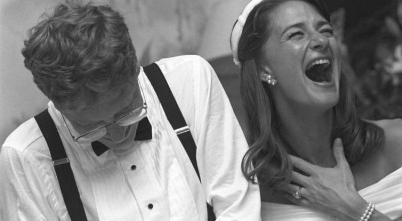 لقطات نادرة لـ بيل جيتس يحاول قطع كعكة زفافه بأحجام متساوية