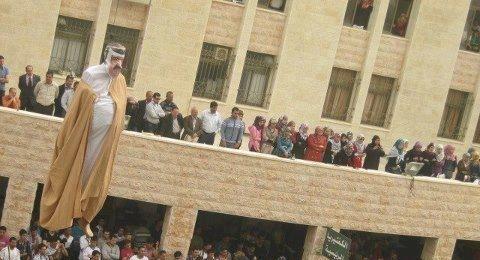 الرئيس عباس يستنكر احراق مجسم لامير قطر في طولكرم