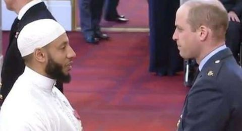 الأمير ويليام يكرم إمام مسجد في قصر الملكة في بريطانيا