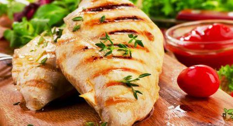 باتباع هذه الطريقة تمنعين جفاف صدور الدجاج بعد طهوها في الفرن