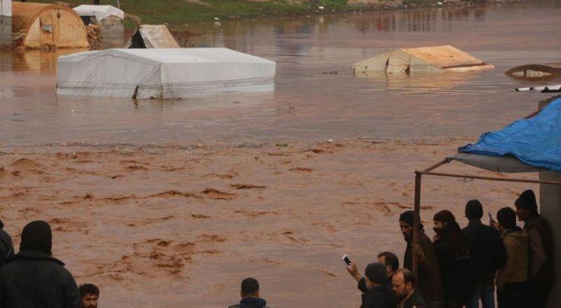الأمطار تُغرق خيام اللاجئين شمال سوريا