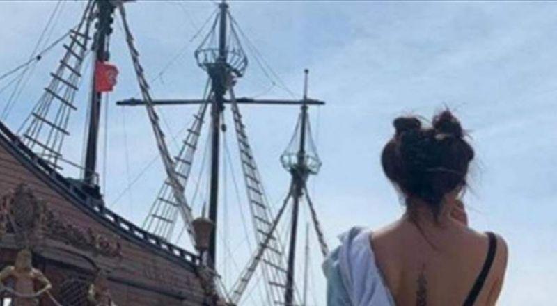 ممثلة سورية تنزع سترتها لإظهار الوشم على ظهرها