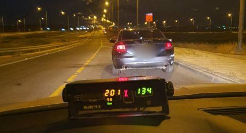 شرطة المرور تضبط سائقًا قاد مركبته بسرعة فائقة 201 كم/س