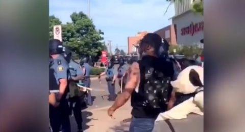 مسلم يردد الآذان أمام الشرطة الأمريكية أثناء المظاهرات